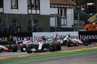 Lewis Hamilton, Mercedes AMG F1 W09, Sebastian Vettel, Ferrari SF71H, Sergio Perez, Racing Point Force India VJM11, Esteban Ocon, Racing Point Force India VJM1, en Romain Grosjean, Haas F1 Team VF-18, bij de start