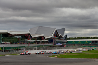 Start of the race, #7 Toyota Gazoo Racing Toyota TS050: Mike Conway, Kamui Kobayashi, Jose Maria Lopez leads