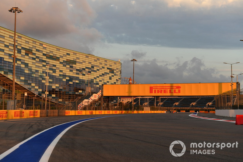 O circuito é mais um daqueles construídos com a supervisão de Hermann Tilke, responsável pelo traçado de boa parte dos circuitos atuais da F1.