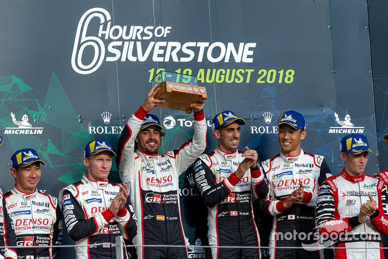 De hecho subieron al podio como ganadores de la carrera, pero...