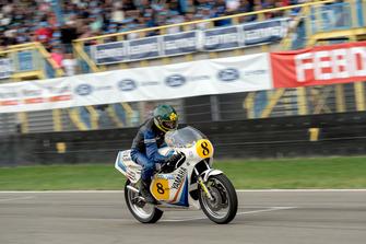 Theo Bult op de motor van Jack Middelburg, Gamma Racing Day