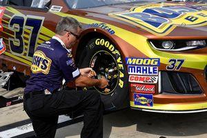 Chris Buescher, JTG Daugherty Racing, Chevrolet Camaro Bush's Beans crew