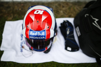 The helmet of Pierre Gasly, Toro Rosso, on the grid