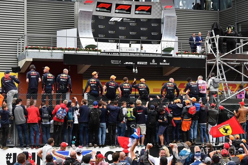 Zespół Red Bull Racing pod podium