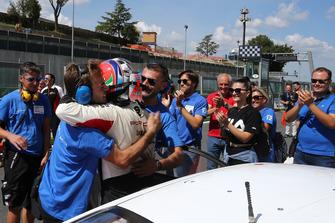 Il secondo classificato Simone Iaquinta, Ombra Racing, festeggia con i suoi ingegneri