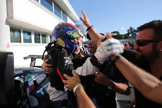 Il vincitore Gianmarco Quaresmini, Dinamic Motorsport, festeggia