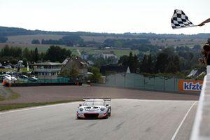 Race winner #17 KÜS Team75 Bernhard Porsche 911 GT3 R: Timo Bernhard, Kévin Estre