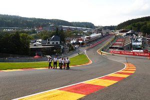 Stoffel Vandoorne, McLaren, parcourt la piste à pieds