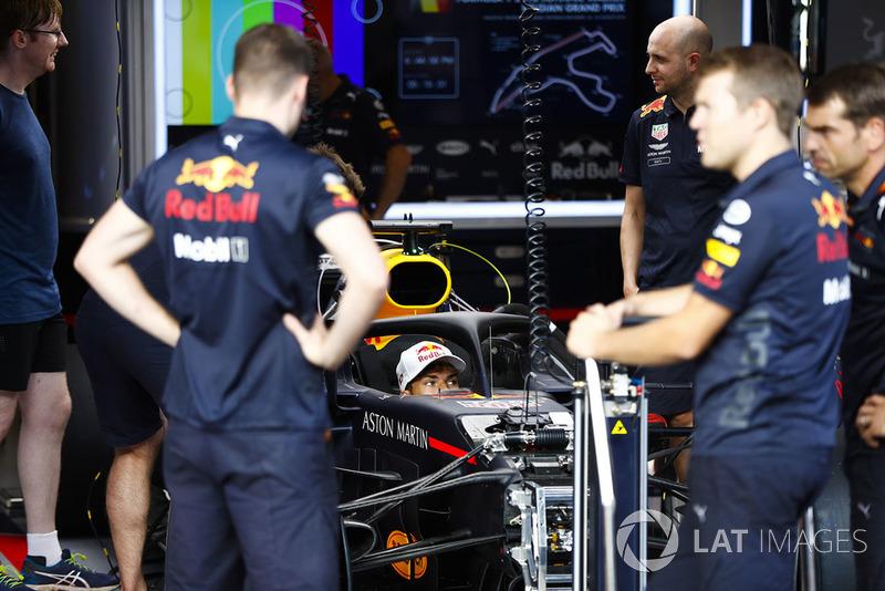 Гонщик Scuderia Toro Rosso Пьер Гасли за рулем Red Bull Racing RB14