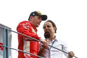 Le deuxième, Kimi Raikkonen, Ferrari, est interviewé par Felipe Massa sur le podium