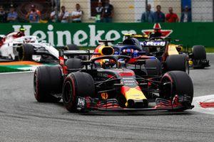 Daniel Ricciardo, Red Bull Racing RB14, devant Pierre Gasly, Toro Rosso STR13, Nico Hulkenberg, Renault Sport F1 Team R.S. 18, et Charles Leclerc, Sauber C37