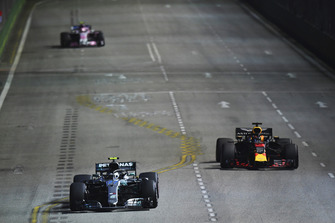 Valtteri Bottas, Mercedes AMG F1 W09 EQ Power+ and Daniel Ricciardo, Red Bull Racing RB14