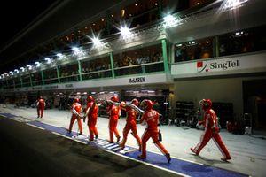 The Ferrari pit crew return with the broken fuel hose of Felipe Massa, Ferrari F2008