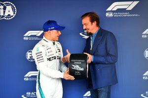 Valtteri Bottas, Mercedes AMG F1, riceve il Pirelli Pole Position Award