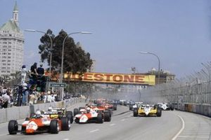 Start zum GP USA-West 1982 in Long Beach: Andrea de Cesaris, Alfa Romeo 182, führt
