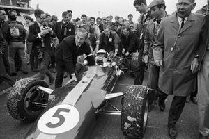 Jim Clark, Lotus 49 Ford celebrando la victoria con el dueño del equipo Lotus Colin Chapman y Keith Duckworth