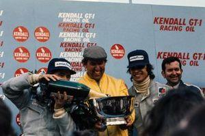 1. Jackie Stewart, Tyrrell, 2. Francois Cevert, Tyrrell, mit Ken Tyrrell