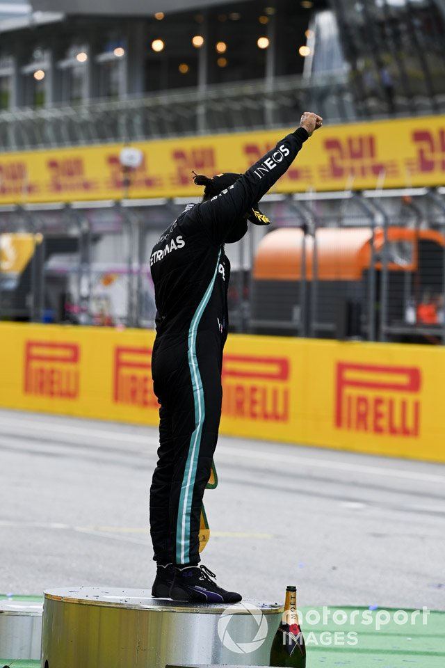 Race winner Lewis Hamilton, Mercedes-AMG Petronas F1 celebrates on the podium