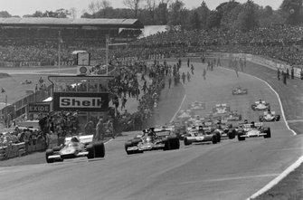 Jacky Ickx, Ferrari 312B2, Emerson Fittipaldi, Lotus 72D Ford y Jackie Stewart, Tyrrell 003 Ford al inicio