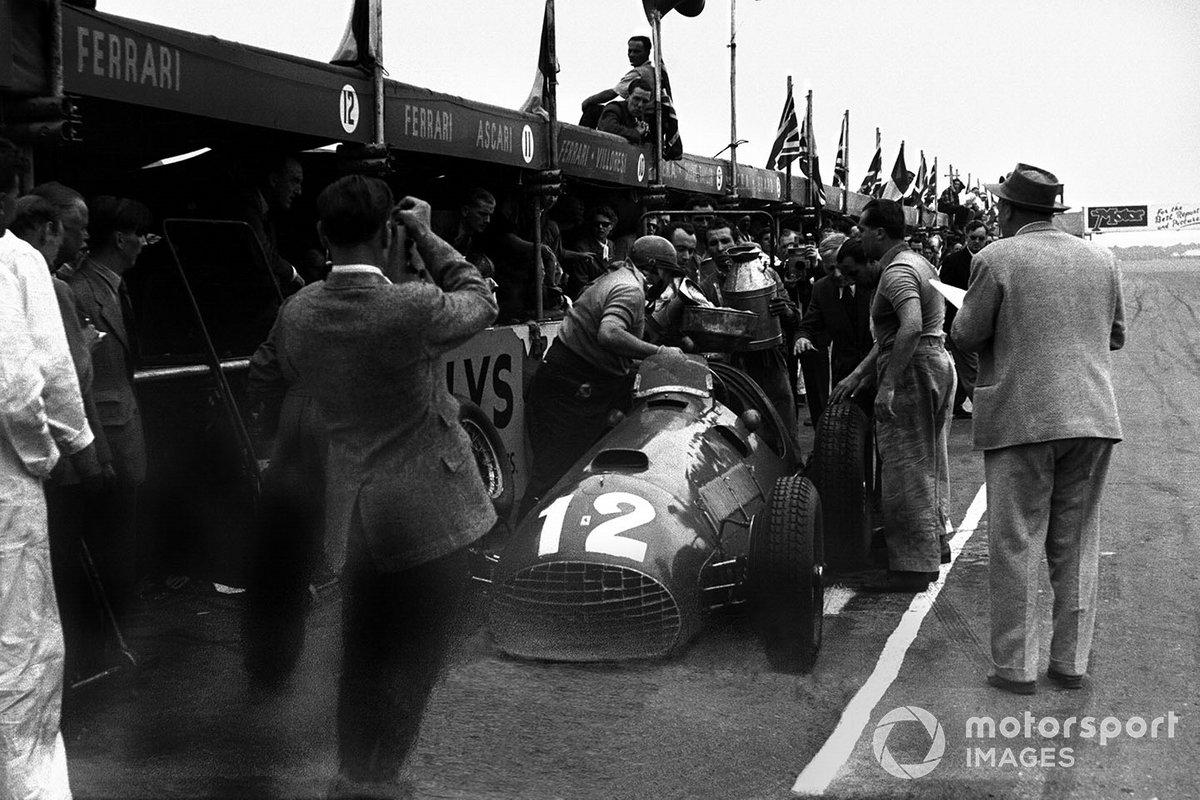 Alberto Ascari mira a José Froilán González, el Ferrari 375 hace una parada en boxes después de la primera victoria de Ferrari en un GP