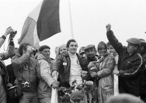 Winnaar Jacky Ickx, Ferrari 312B2 met vrouw Catherine