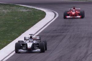 Mika Hakkinen, McLaren MP4/15 Mercedes precede Michael Schumacher, Ferrari F1 2000, GP di San Marino 2000