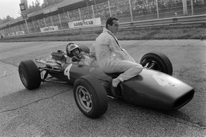 Mike Parkes, Ferrari 312, gives a lift to Lorenzo Bandini, Ferrari