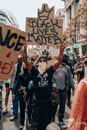 Льюис Хэмилтон на демонстрации за права чернокожих