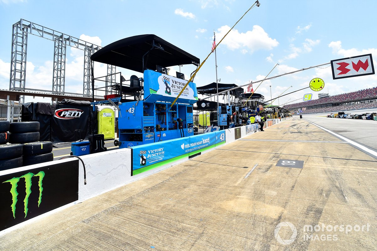 Darrell Wallace Jr., Richard Petty Motorsports, Chevrolet Camaro Victory Junction pit stall