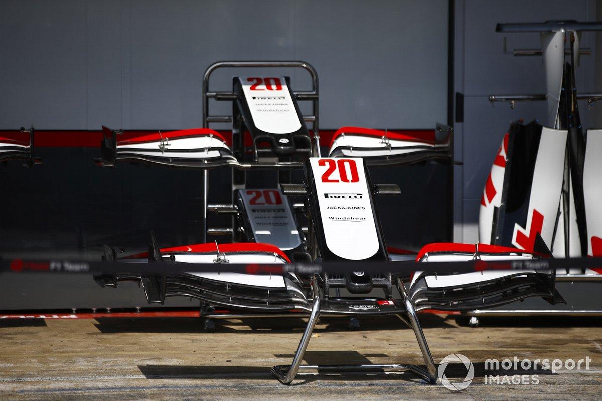 Las alas delanteras del monoplaza de Kevin Magnussen Haas VF-20 en el pit lane
