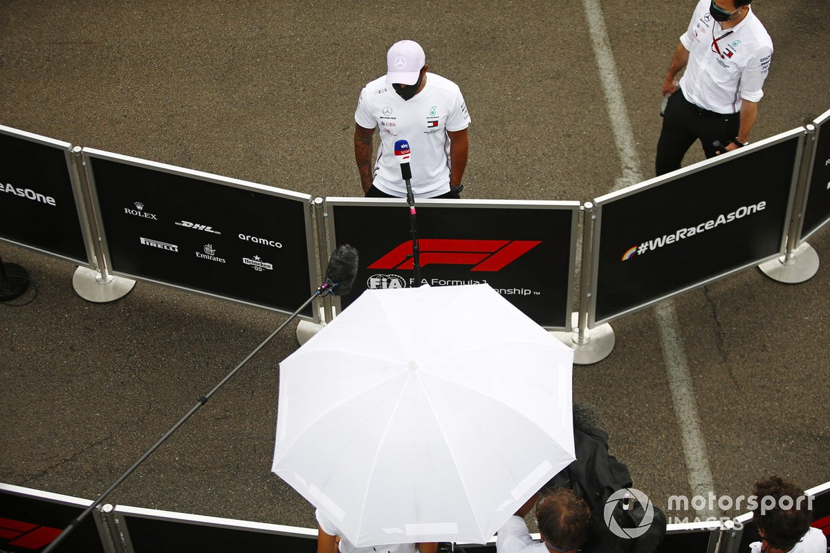 Льюис Хэмилтон, Mercedes-AMG Petronas F1, общается с репортерами