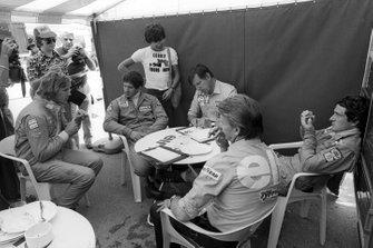 James Hunt, Hesketh, participa en una reunión de Tyrrell en la que participan Jody Scheckter, Ken Tyrrell, propietario del equipo de Tyrrell y Patrick Depailler, Tyrrell