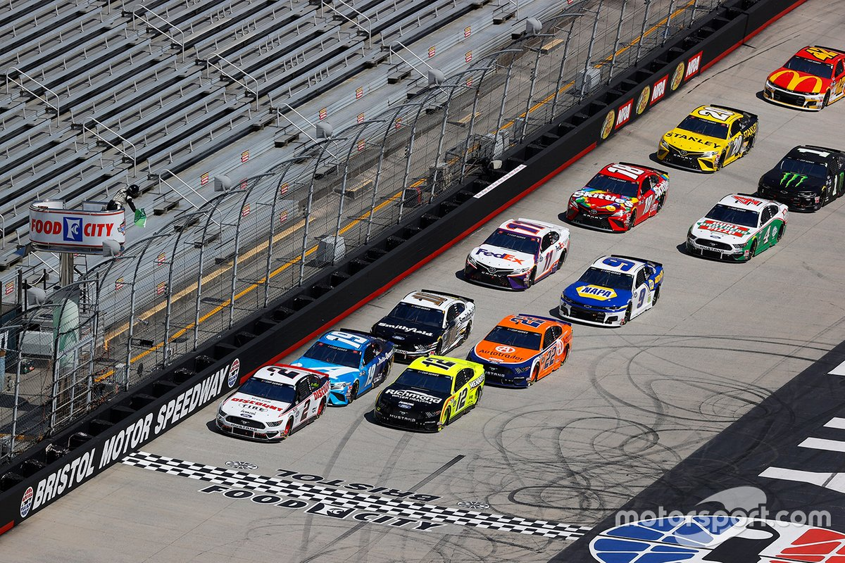 Brad Keselowski, Team Penske, Ford leads the field at the start of the race