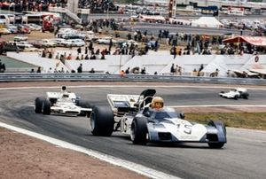 Mike Hailwood, Surtees TS9B Ford devant Peter Revson, McLaren M19A Ford