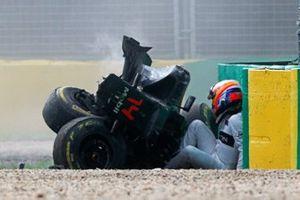 Fernando Alonso, McLaren MP4-31, crash
