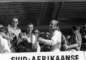Yarış galibi Denny Hulme. Mclaren M19A