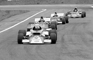 Rolf Stommelen, Eifelland 21 March 721, devant Henri Pescarolo, Carlos Pace, et Ronnie Peterson