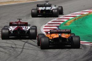 Romain Grosjean, Haas VF-20, Kimi Raikkonen, Alfa Romeo Racing C39, Carlos Sainz Jr., McLaren MCL35
