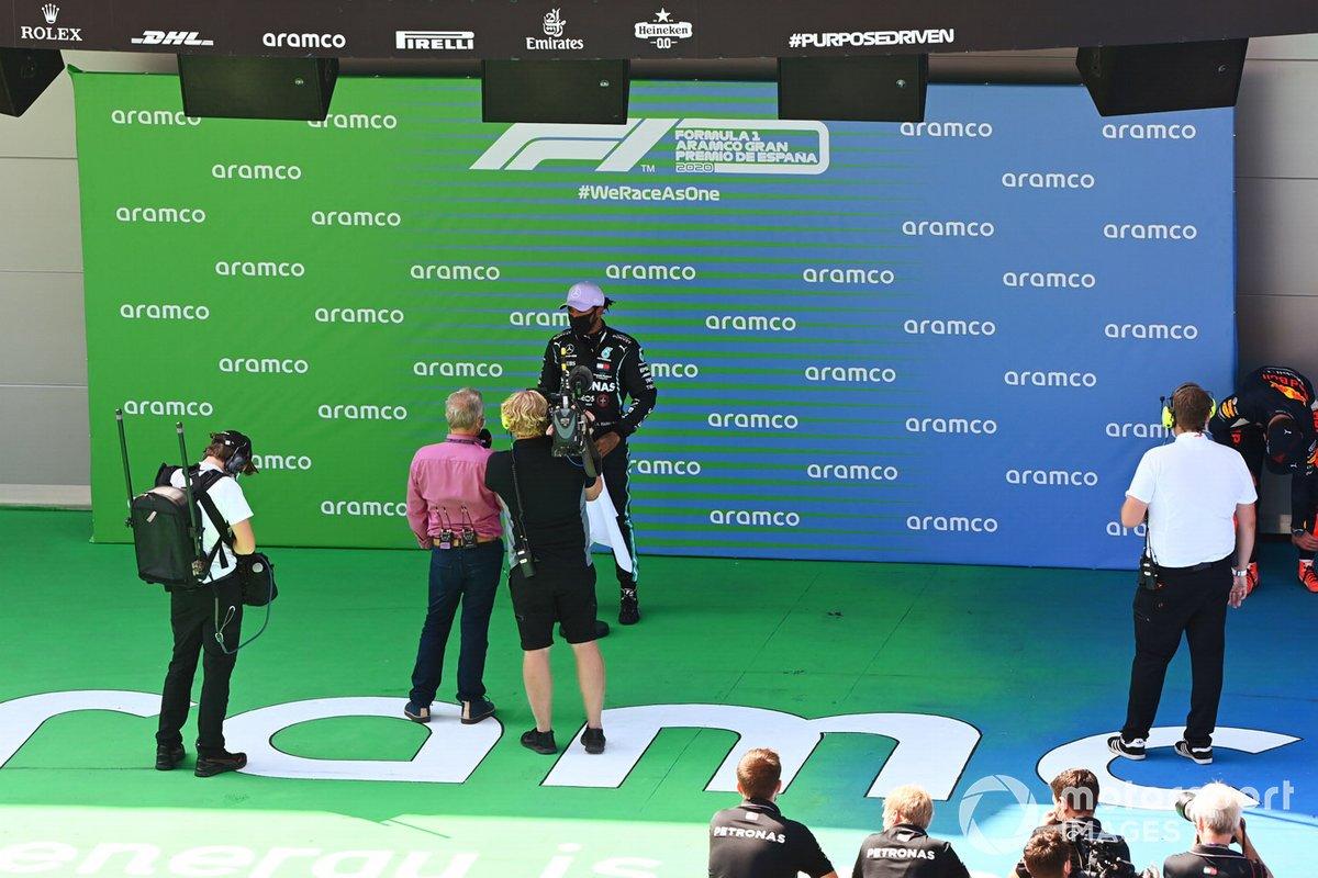 Ganador de la pole Lewis Hamilton, Mercedes-AMG Petronas F1, es entrevistado por Johnny Herbert, Sky TV, después de conseguir su 92ª pole en la F1