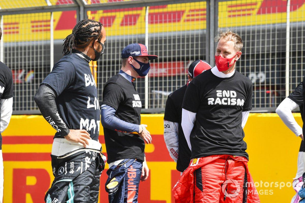 Lewis Hamilton, Mercedes-AMG F1, Sebastian Vettel, Ferrari, y los otros pilotos se arrodillan para mostrar su apoyo a la campaña para el fin del racismo