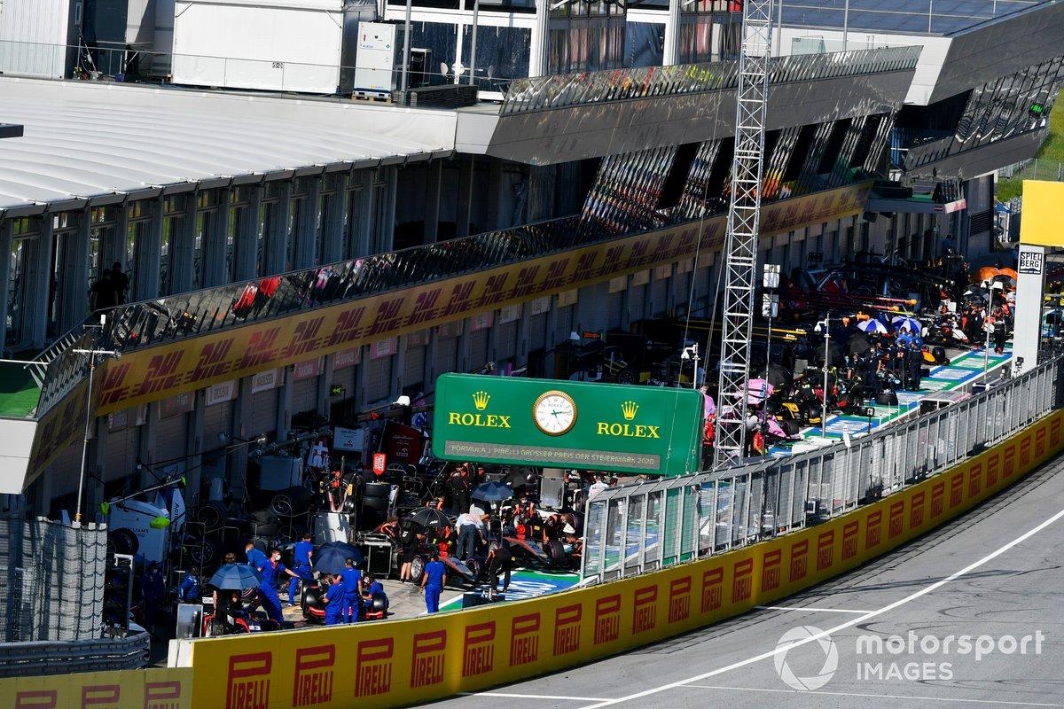 Monoposto di F2 si preparano in pit lane