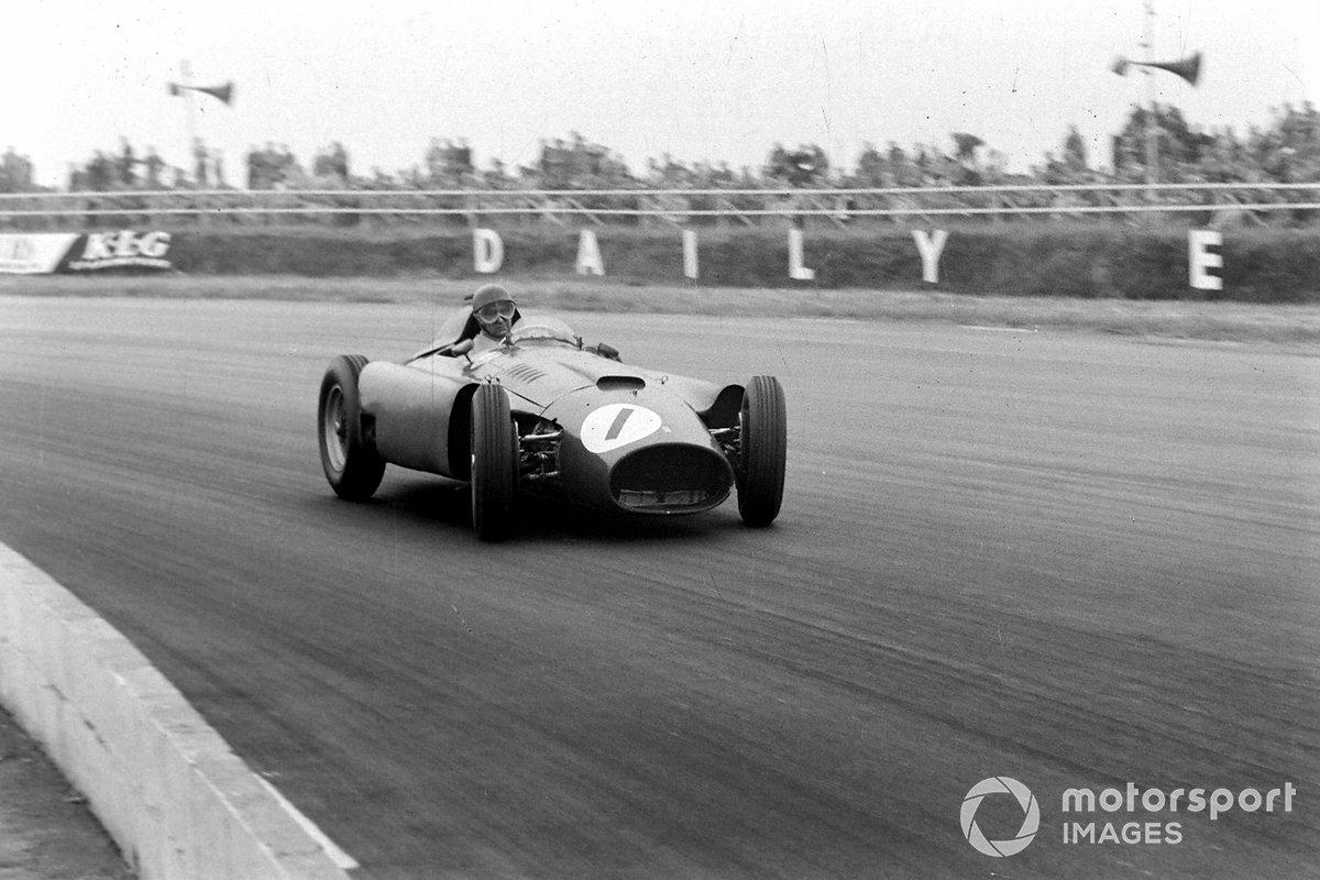 …тогда как Фанхио приходится буквально сражаться с Ferrari. Но сравнить темп гонщиков не вышло: оказалось, что организаторы ведут хронометраж с округлением до целых секунд, потому круги за 1:41,6 и 1:42,3 отображались в протоколе одинаково – 1:42 ровно
