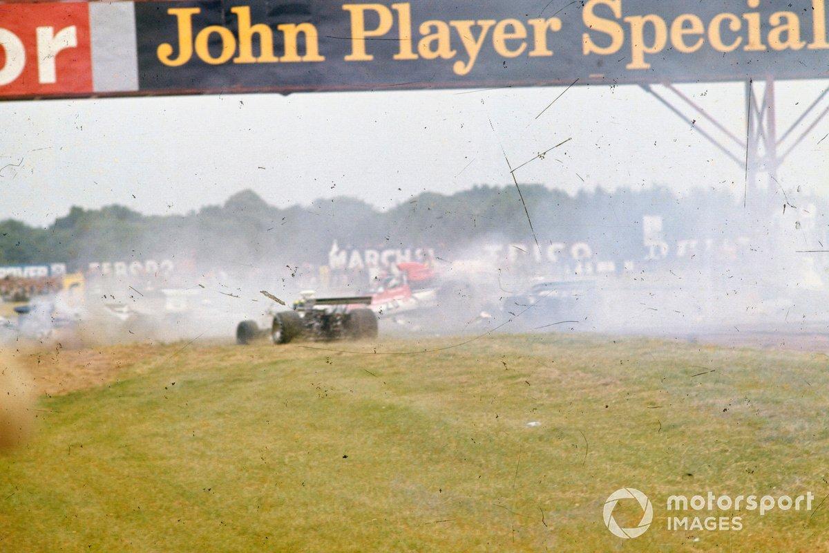Choque de Jody Scheckter, McLaren M23. Jean-Pierre Beltoise, BRM P160E, Wilson Fittipaldi, Brabham BT42 Ford, Carlos Pace, Surtees TS14A Ford