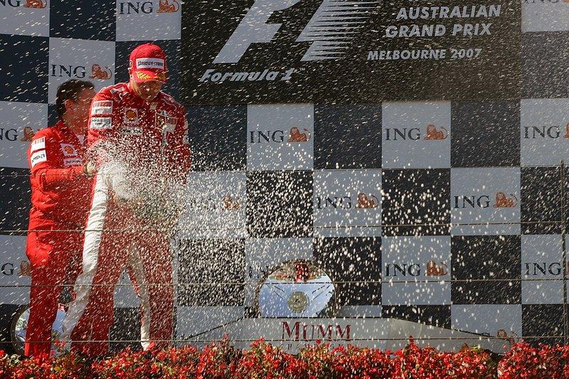 Le vainqueur Kimi Raikkonen, Ferrari sur le podium