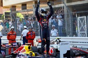 Sebastian Vettel, Red Bull RB7 Renault, fête sa victoire