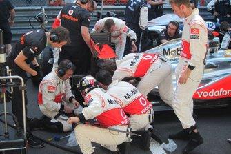 Lewis Hamilton, McLaren MP-26, sur la grille de départ