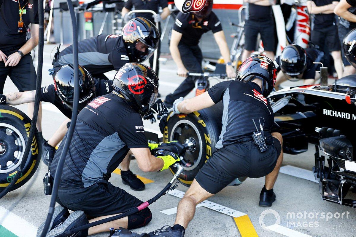 Los mecánicos de Haas practican un pitstop