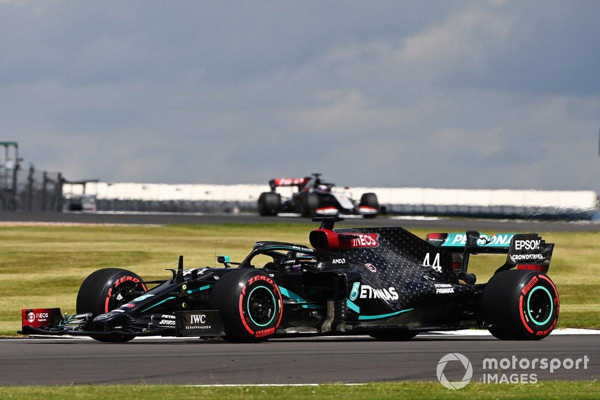 Lewis Hamilton, Mercedes F1 W11, Romain Grosjean, Haas VF-20