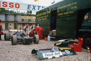 Los mecánicos trabajan en el monoplaza de Derek Bell, Brabham BT26-Ford en el paddock