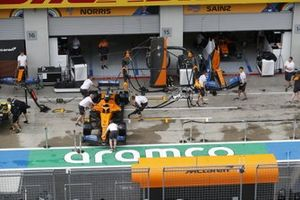 Mechanics in the pit lane with the car of Lando Norris, McLaren MCL35